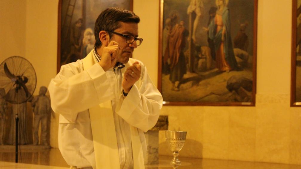 El padre Marcos aprendió lengua de señas para dar misa | Redacción ...