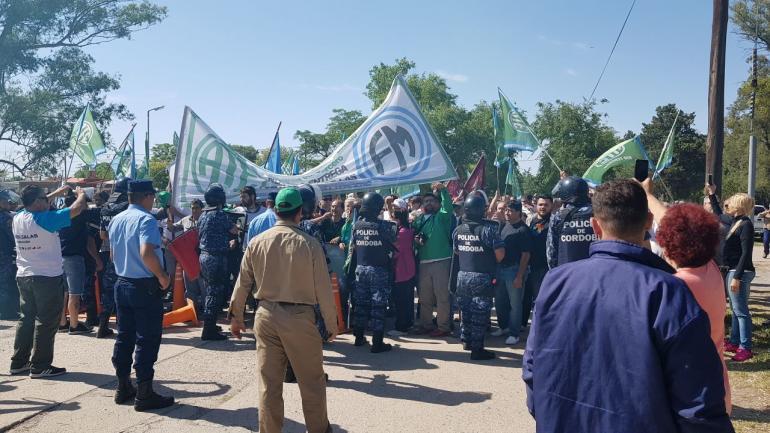 manifestacion rio tercero - Lunes de tensión en Villa María y Río Tercero por 60 despidos en fabricas militares