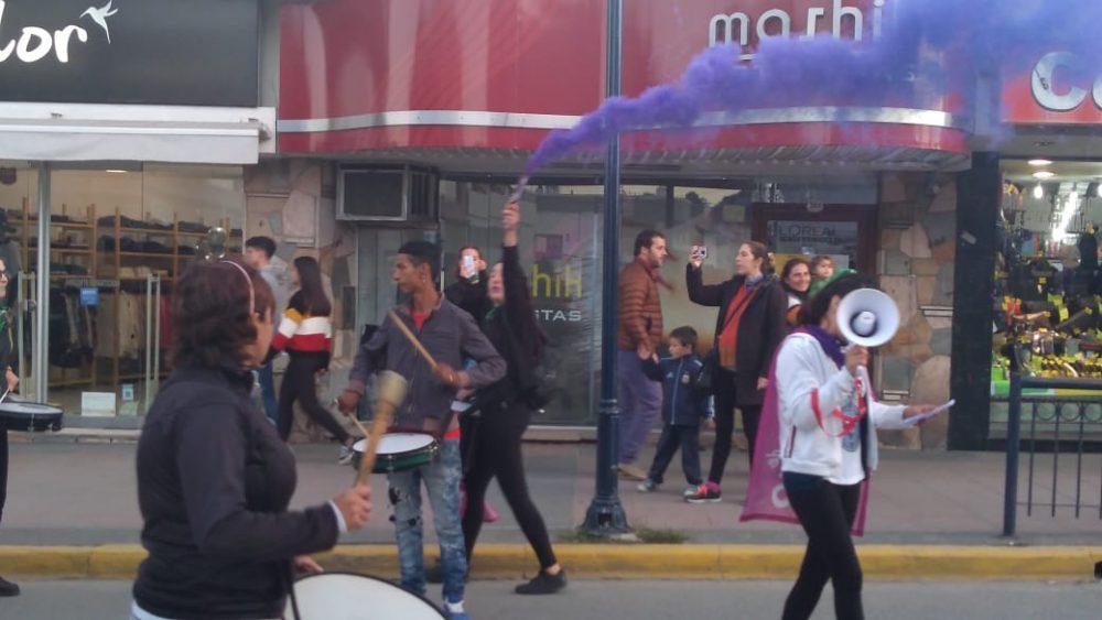 niunamenos bengala - Multitudinaria marcha de #Niunamenos en Alta Gracia