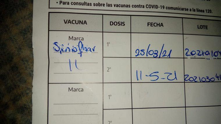 carnet de vacunacion - Alta Gracia: le pusieron dos dosis distintas y tacharon una en su carnet
